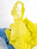 Plastikfördermaschinentaschen auf weißem Hintergrund Stockfotos