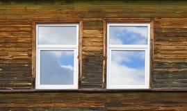 Plastikfenster auf hölzerner Wand Lizenzfreie Stockfotografie