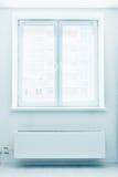 Plastikfenster der doppelten Tür mit Heizkörper unter ihm. Lizenzfreie Stockbilder