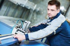 Plastikfenster und Türherstellung Arbeitskraft, die PVC-Profil schneidet Stockfoto