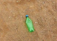 Plastikflasche auf dem Strand lizenzfreies stockbild