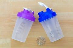 Plastikflasche des Proteindrinkmischers mit Metallschüttel-apparatspirale s Stockfotografie