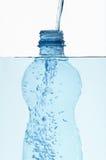 Plastikflasche im Wasser mit Luftblasen nach innen lizenzfreie stockfotografie