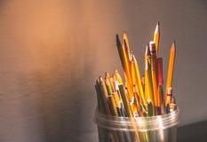 Plastikflasche mit Bleistiften und Material Stockbild