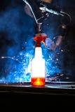 Plastikflasche mit der Reinigungsflüssigkeit, die in vorderes wel CNC Mig glüht Lizenzfreies Stockfoto