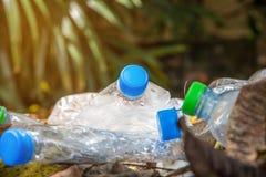Plastikflasche mit Kappen für bereiten Abfall, Los von Wasserflasche w auf Lizenzfreie Stockfotografie