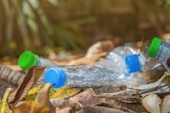 Plastikflasche mit Kappen für bereiten Abfall, Los von Wasserflasche w auf Stockfotos