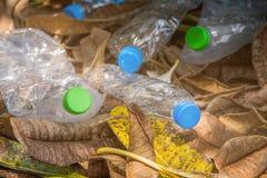 Plastikflasche mit Kappen für bereiten Abfall, Los von Wasserflasche w auf Stockbilder
