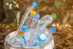 Plastikflasche mit Kappen für bereiten Abfall, Los von Wasserflasche w auf Stockbild