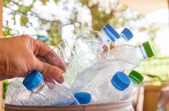Plastikflasche mit Kappen für bereiten Abfall, Los von Wasserflasche w auf Lizenzfreies Stockbild