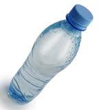 Plastikflasche mit Wasser auf einem weißen Hintergrund mit einem Schatten Lizenzfreie Stockfotos