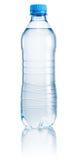 Plastikflasche Trinkwasser auf weißem Hintergrund Lizenzfreie Stockfotos