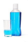 Plastikflasche und Glas Mundwasser Stockfotografie