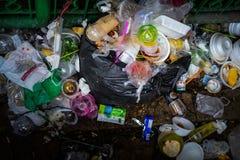 Plastikflasche und Schaum-Lebensmittel-Behälter in einem Dump lizenzfreies stockfoto
