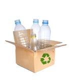 Plastikflaschen in einem aufbereiteten Verschiffenkasten. Lizenzfreie Stockfotos