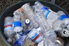 Plastikflaschen im Behälter stockbilder