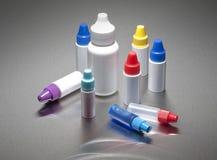 Plastikflaschen mit farbigen Schutzkappen Stockfoto