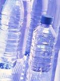 Plastikflaschen mit Wasser Stockfoto