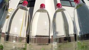 Plastikflaschen Trinkwasser gegen Sun stock video footage