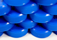 Plastikflaschenkapseln in einer Reihe Lizenzfreie Stockfotografie
