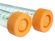 Plastikgefäße mit orange Schutzkappen stockbilder