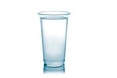 Plastikglas Wasser lokalisiert auf einem weißen Hintergrund. Lizenzfreie Stockbilder