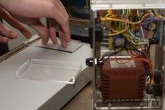 Plastikglas wird verbogen Lizenzfreies Stockfoto