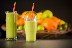 Plastikglas, zum, vom frischen grünen Smoothie zu gehen lizenzfreies stockfoto