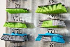 Plastikhaushaltsbürsten im Speicher Lizenzfreie Stockfotos