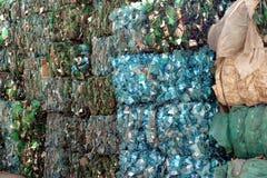 Plastikhaustier, das Mitte montiert stockfoto