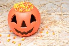 Plastikkürbis-Süßigkeits-Mais-Stroh Lizenzfreie Stockbilder