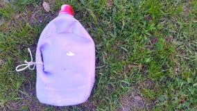 Plastikkanister, der auf dem Gras liegt ökologisches Krisenfoto Lizenzfreie Stockfotos