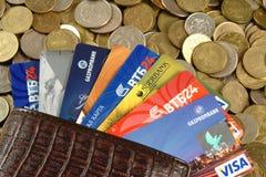 Plastikkarten, Münzen Stockfotografie