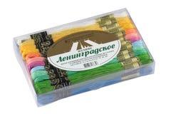 Plastikkasten mit Threads für die Stickerei lokalisiert auf weißem Hintergrund Lizenzfreies Stockbild