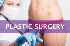 Plastikkirurgi som är skriftlig på en faktisk skärm Internetteknologier i medicinbegrepp den medicinska doktorn trycker på ett fi Royaltyfri Foto