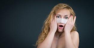 Plastikkirurgibegrepp. Kvinnan med förbinder. Arkivbild
