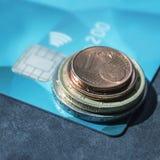 Plastikkreditkarte und ein Stapel Münzen Das Konzept - Finanzierung, Stockfoto
