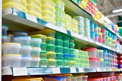 Plastiklebensmittelkästen im Speicher stockfotos