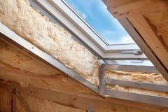 Plastikmansarden- oder Oberlichtfenster auf Dachboden mit umweltfreundlichem und Energiesparendem Wärmedämmung rockwool Stockbild