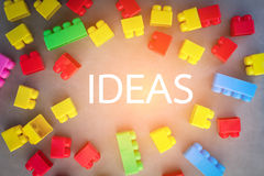 Plastikmodell mit Ideenwort in der Mitte Stockfotos