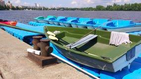 Plastikowa łódź przy molem na rzece zbiory