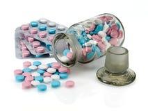 Plastikowa kocowania i szkła buteleczka z pigułkami różny colour. Zdjęcie Royalty Free