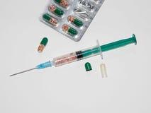 Plastikowa medyczna strzykawka odizolowywająca na białym tle Zdjęcie Royalty Free