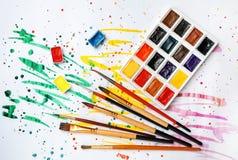 Plastikowa paleta z kolorowymi farbami i muśnięciami obraz royalty free