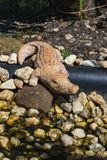 Plastikowa postać krokodyl na rockowym ogródzie zdjęcia stock