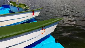 Plastikowe łodzie przy molem na rzece zdjęcie wideo