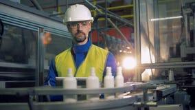 Plastikowe butelki przechodzą wzdłuż męskiego inżyniera zbiory wideo