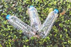 Plastikowe butelki woda mineralna na trawie Obraz Royalty Free