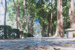 Plastikowe butelki woda mineralna na trawie Obrazy Royalty Free