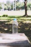 Plastikowe butelki woda mineralna na trawie Zdjęcia Royalty Free